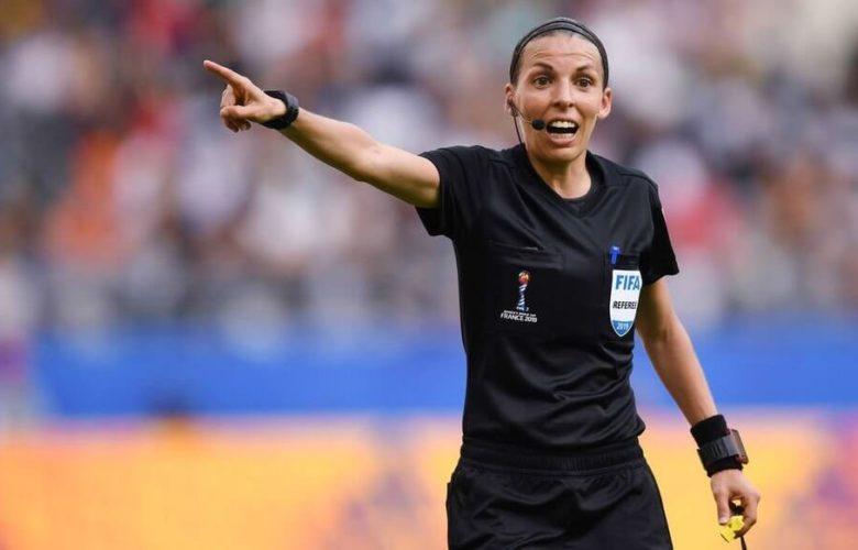 Stéphanie Frappart au sifflet d'un match de Ligue des Champions